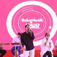 Maliq & D'essentials meriahkan acara Video Xperience yang digelar di Atrium Senayan City, Jakarta Pusat pada Minggu (22/9) malam. (Daniel Kampua/Fimela.com)