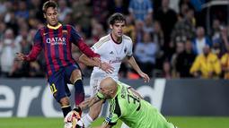 Neymar da Silva Santos dihadang kiper Chistian Abbiati pada Liga Champions antara Barcelona vs AC Milan di stadion Nou Camp di Barcelona (06/11/2013).(AFP/Josep Lago)