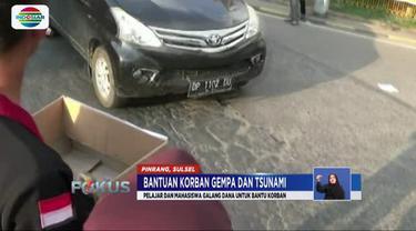 Dengan membawa kardus, mereka mengumpulkan bantuan dari pengguna jalan yang melintas di Jalan Trans Sulawesi.
