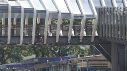 Pekerja beraktivitas mengerjakan proses revitalisasi JPO Gelora Bung Karno di Jalan Jenderal Sudirman, Jakarta, Jumat (22/2). Ditarget selesai pada Januari 2019, hingga kini proses revitalisasi masih terus berjalan. (Liputan6.com/Helmi Fithriansyah)