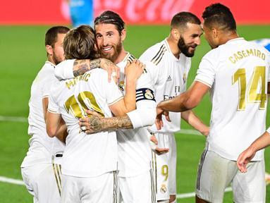 Pemain Real Madrid merayakan gol yang dicetak Karim Benzema ke gawang Valencia pada laga lanjutan La Liga pekan ke-29 di Stadion Alfredo, Stefano, Jumat (19/6/2020) dini hari WIB. Real Madrid menang 3-0 atas Valencia. (AFP/Javier Soriano)