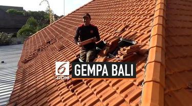 Gempa magnitudo 5,8 yang mengguncang Bali hari Selasa (16/7) rusak sejumlah bangunan. Pascagempa ratusan warga gotong royong perbaiki salah satu bangunan sekolah yang rusak.