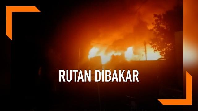 Rumah tahanan di Siak Riau dibakar narapidana Sabtu (11/5) dini hari. Aksi ini diawali kericuhan hebat di dalam rutan yang dihuni lebih dari 600 tahanan. Apa pemicunya?