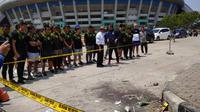 Skuat Maung Bandung menggelar kegiatan tabur bunga untuk almarhum Haringga Sirla di Stadion Gelora Bandung Lautan Api (GBLA), Selasa (25/9/2018). (Liputan6.com/Hugo)