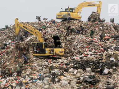 Alat berat mengeruk sampah di TPST Bantar Gebang, Bekasi, Jawa Barat, Senin (18/3). Memasuki usianya yang ke 30 tahun, TPST Bantar Gebang tinggal memiliki kapasitas 10 juta ton lagi. (merdeka.com/Arie Basuki)