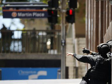 Aparat kepolisian Australia mengepung situasi kafe Lindt di Sydney, Australia (15/12/2014). Puluhan sandera terperangkap di dalam kafe Lindt di Sydney, Australia. (REUTERS/Jason Reed)