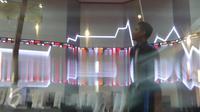 Pekerja tengah melintas di Bursa Efek Indonesia, Jakarta, Senin (2/5).PT Bursa Efek Indonesia (BEI) melakukan perubahan fraksi harga yang baru  yang dimulai Senin, 2 Mei. (Liputan6.com/Angga Yuniar)