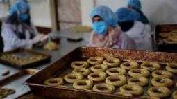 Para perempuan Palestina menyiapkan kue tradisional untuk dijual di asosiasi wanita setempat menjelang Idul Fitri untuk merayakan akhir bulan suci Ramadan di tengah karantina wilayah (lockdown) akibat epidemi COVID-19 di Kota Beit Lahia, Jalur Gaza utara, pada 17 Mei 2020. (Xinhua/Rizek Abdeljawad)
