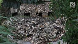 Sampah menumpuk dan menutupi sebagian aliran Kali Baru di kawasan Cibinong, Bogor, Jawa Barat, Senin (11/3). Perilaku buruk warga yang membuang sampah sembarangan menyebabkan kondisi kali dipenuhi sampah rumah tangga. (Liputan6.com/Immanuel Antonius)