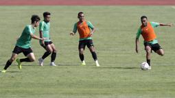 Pemain Timnas Indonesia, Rizky Pora, mengontrol bola saat latihan di Stadion Madya Senayan, Jakarta, Selasa (22/11). Latihan ini persiapan jelang laga Piala AFF 2018 menghadapi Filipina. (Bola.com/Yoppy Renato)