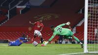 Aksi striker Manchester United, Marcus Rashford memperdaya kiper Brighton pada pertandingan Liga Inggris, Senin (05/04/2021) dini hari WIB. (AFP)