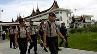 Tim Gegana Polda Sumbar menyisir kawasan Bandara Internasional Minangkabau, Sumbar, setelah adanya telepon gelap tentang teror bom di Bandara tersebut.(Antara)