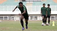 Pemain Timnas Indonesia U-19, Fajar Fathur Rahman, saat latihan di Stadion Pakansari, Bogor, Rabu (2/10). Latihan ini merupakan persiapan jelang AFF U-19 di Vietnam. (Bola.com/Yoppy Renato)