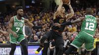 Jaylen Brown mengawasi salah satu pemain Cavaliers pada lanjutan final wilayah Timur NBA (AP Photo/Tony Dejak)
