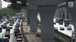 Kendaraan melintas di ruas jalan Tol Jakarta-Cikampek, Bekasi, Jawa Barat, Sabtu (29/12). Menghadapi libur panjang akhir tahun diperkirakan volume kendaraan meningkat hingga 30 persen. (Merdeka.com/Imam  Buhori)