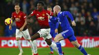 Gelandang Manchester United, Paul Pogba, berusaha melewati gelandang Cardiff, Aron Gunnarsson, pada laga Premier League di Stadion Cardiff City, Wales, Sabtu (22/12). Cardiff kalah 1-5 dari MU. (AFP/Geoff Caddick)