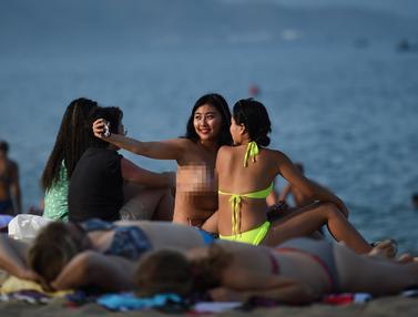 Potret Turis Menikmati Pantai Nha Trang di Vietnam