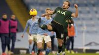 Penyerang Tottenham Hotspur, Harry Kane berusaha mengontrol bola saat bertanding melawan Manchester City pada pertandingan Liga Inggris di Stadion Etihad, Manchester, Inggris, Minggu (14/2/2021). Pasukan Pep Guardiola tidak terkalahkan dalam 10 pertandingan Premier League.  (AP Photo/Rui Vieira)