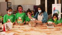 BNI melalui Rumah BUMN mengajak anak-anak dari Panti Asuhan untuk belajar membuat kue-kue, menghias dan melakukan packaging.