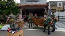 Sejumlah prajurit TNI Kodam Jaya memindahkan barang-barang milik warga saat proses pengosongan rumah dinas Kodam Jaya di Jakarta Pusat, Kamis (30/1/2020). Sebanyak 10 rumah dikosongkan karena penghuni tidak memiliki hak izin tinggal di rumah tersebut. (merdeka.com/Imam Buhori)