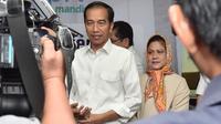 Presiden Joko Widodo (Jokowi) bersama Ibu Negara, Iriana dalam jumpa pers kelahiran Kahiyang Ayu di RS YPK Menteng, Jakarta, Rabu (1/8). Kahiyang melahirkan anak perempuan berbobot 3,4 kg dan panjang 49 cm. (Liputan6.com/Pool/Kris - Biro Pers Setpres)
