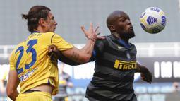 Striker Inter Milan, Romelu Lukaku (kanan) berebut bola dengan bek Hellas Verona, Giangiacomo Magnani dalam laga lanjutan Liga Italia 2020/2021 pekan ke-33 di San Siro Stadium, Milan, Minggu (25/4/2021). Inter menang 1-0 atas Verona. (AP/Antonio Calanni)