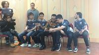Menteri Pemuda dan Olahraga (Menpora), Imam Nahrawi, menyempatkan diri main bareng (mabar) permainan Arena of Valor (AoV) di Jakarta, Selasa (29/1/2019). (Bola.com/Benediktus Gerendo Pradigdo)