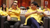 Ketua Umum DPP Partai Golkar, Airlangga Hartarto (kanan) bersama Sekjen Partai Golkar, Lodewijk Freidrich Paulus jelang pembukaan Rakornis Bappilu Partai Golkar 2018 di Jakarta, Sabtu (20/10). (Liputan6.com/Helmi Fithriansyah)