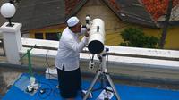 Suasana saat petugas meneropong posisi hilal (bulan) dari Pondok Pesanteren Al-Hidayah Jakarta, Selasa (15/5). (Merdeka.com/Imam Buhori)