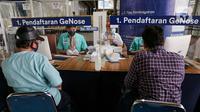 Calon penumpang kereta api mendaftar untuk menjalani tes deteksi COVID-19 dengan metode GeNose C19 di stasiun Gambir, Jakarta, Rabu (24/3/2021). PT KAI (Persero) menaikkan tarif pemeriksaan tes GeNose C19 dari Rp20 ribu menjadi Rp30 ribu mulai 20 Maret 2021. (Liputan6.com/Faizal Fanani)