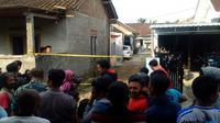 Puluhan warga antusias menyaksikan penggeledahan di rumah terduga teroris di Purbayan, Sukoharjo, Jawa Tengah, Kamis (28/6/2018) siang. (Ari Purnomo/JawaPos.com)