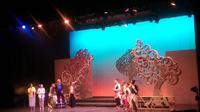 Pementasan teater ini terinspirasi dari riwayat hidup Ki Nartosabdo, dalang wayang kulit kesayangan Presiden Soekarno