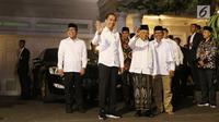 Pasangan capres-cawapres nomor urut 01 Joko Widodo (dua kiri) dan Ma'ruf Amin (tiga kanan) menyapa wartawan saat tiba di kediaman Ma'ruf Amin, Menteng, Jakarta, Kamis (27/6/2019). Jokowi menjemput Ma'ruf untuk nonton bareng sidang putusan MK di Lanud Halim Perdanakusuma.(Liputan6.com/HermanZakharia)