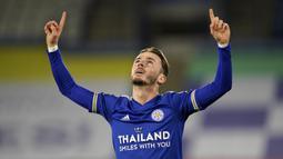 Gelandang Leicester City, James Maddison melakukan selebrasi usai mencetak gol pertama timnya ke gawang Southampton dalam laga lanjutan Liga Inggris 2020/21 pekan ke-18 di King Power Stadium, Sabtu (16/1/2021). Leicester City menang 2-0 atas Southampton. (AFP/Tim Keeton/Pool)