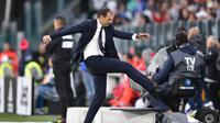 Pelatih Juventus Massimiliano Allegri tampak kesal saat timnya menghadapi Benevento dalam lanjutan Liga Italia di Allianz Stadium, Minggu (5/11/2017). Juventus menang 2-1. (Alessandro Di Marco/ANSA via AP)