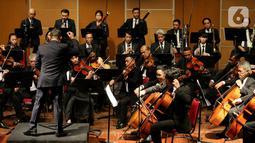 Sebuah konser klasik Love, God, and My Home dipersembahkan Jakarta Concert Orchestra (JCO) tampil di Usmar Ismail Hall, Jakarta, Miggu (6/10/2019). Orkestra dengan konduktor Avip Priatna dan didukung Galeri Indonesia Kaya membawakan repertoar lintas zaman dan lintas gaya. (Liputan6.com/Fery Pradolo)