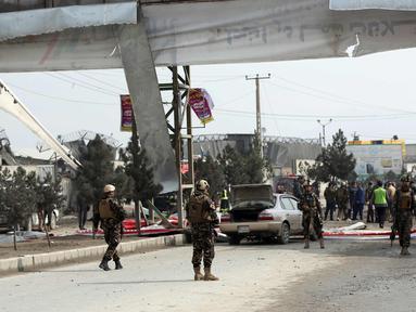 Suasana  lokasi serangan bom mobil bunuh diri yang menargetkan tentara asing di Kabul, (2/3). Serangan ini merupakan yang terbaru, setelah serangkaian kejadian serupa yang menewaskan total 130 orang dalam 2 bulan terakhir. (AP Photo / Massoud Hossaini)