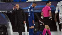 Zinedine Zidane melihat aksi pemain Real Madrid saat bersua Chelsea di leg 1 semifinal Liga Champions 2020/2021. (PIERRE-PHILIPPE MARCOU / AFP)