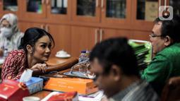 Anggota DPR Komisi IX Krisdayanti mengikuti rapat kerja dengan Menteri Tenaga Kerja dan Dirut BPJS Ketenagakerjaan di Kompleks Parlemen, Senayan, Jakarta, Rabu (8/7/2020). (Liputan6.com/Johan Tallo)