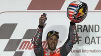 Pebalap Ducati, Andrea Dovizioso merayakan gelar juara MotoGP Qatar di Sirkuit Losail, Doha, Minggu (18/3/2018). Dovizioso juara dengan catatan waktu 42 menit 34,654 detik. (AFP/Karim Jaafar)