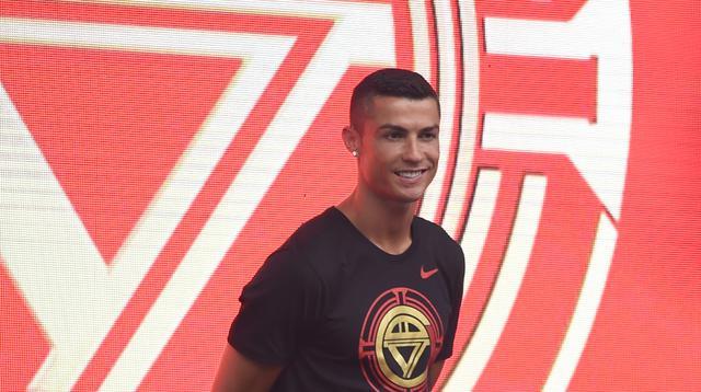 """Pemain timnas Portugal, Cristiano Ronaldo menemui para penggemarnya dalam rangkaian """"CR7 Tour"""" yang disponsori Nike di Beijing, China, Kamis (19/7). Pemain anyar Juventus itu mengadakan tur pribadi untuk menyambangi fansnya di Asia. (WANG ZHAO/AFP)"""