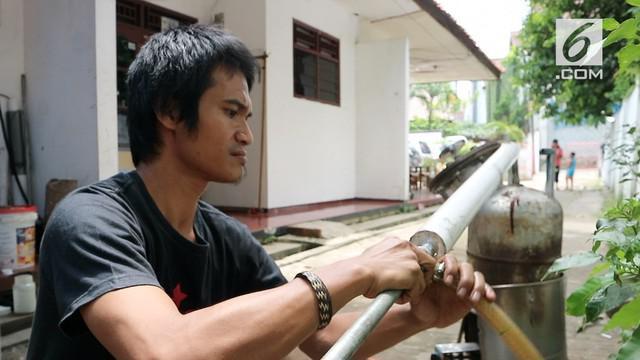 Seorang tukang sablon berhasil membuat alat yang mampu mengolah limbah plastik menjadi bahan bakar minyak.
