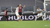 Brahim Diaz dari AC Milan, kiri, mencetak gol selama pertandingan sepak bola Serie A Italia antara Juventus dan Milan, di Stadion Juventus di Turin, Italia, Minggu, 9 Mei 2021. (Tano Pecoraro / LaPresse via AP)