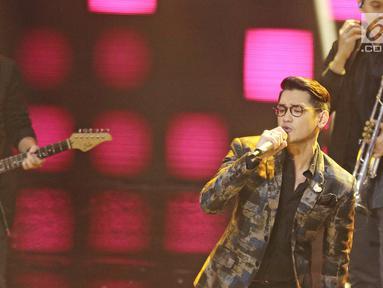 """Aksi panggung Afgan Syah Reza atau Afgan pada ajang penghargaan SCTV Awards 2017 di Studio 6 Emtek City, Jakarta, Rabu (29/11). Afgan tampil manly menyanyikan lagunya berjudul  """"Katakan Tidak"""".(Liputan6.com/Herman Zakharia)"""