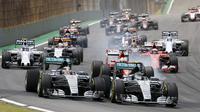 Nico Rosberg bersaing ketat dengan rekan setimnya, Lewis Hamilton, dalam F1 GP Brasil di Sirkuit Interlagos, Sao Paulo, Brasil, Senin (16/11/2015) dini hari WIB. (Reuters/Nacho Doce)