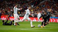 Pemain timnas Spanyol, Sergio Ramos melakukan tendanga ke gawang Argentina dalam laga uji coba di Wanda Metropolitano, Madrid, Rabu (28/3). Spanyol menghancurkan Argentina yang tak diperkuat Lionel Messi dengan skor telak, 6-1. (AP/Francisco Seco)