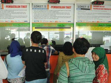 Calon penumpang mengantre tiket di Stasiun Senen, Jakarta (3/5/2016). Jelang libur panjang pada tanggal 5 dan 6 Mei penjualan tiket kereta api sudah terjual habis. (Liputan6.com/Gempur M Surya)