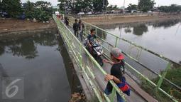 Suasana jembatan penyebrangan KBB di kawasan Tanah Abang, Jakarta, Jumat (30/12).Tidak tersedianya fasilitas penyeberangan lain membuat warga serta pengendara harus berbagi jalan di jembatan yang sempit tersebut. (Liputan6.com/Immanuel Antonius)