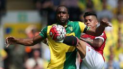 Pemain MU, Marcos Rojo (kanan), berebut bola dengan pemain Norwich City, Sebastien Bassong, dalam lanjutan Premier League, di Stadion Carrow Road, Norwich, Sabtu (7/5/2016). (Action Images via Reuters/Paul Childs)