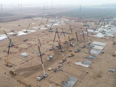 Foto udara saat pekerja membangun fasilitas karantina besar di Shijiazhuang, Provinsi Hebei, China, 14 Januari 2021. Sebuah kota di China mendirikan pusat karantina berisi 3.000 unit isolasi untuk menangani kenaikan pasien kasus COVID-19 menjelang perjalanan libur Imlek. (Yang Shiyao/Xinhua via AP)